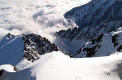 Steiler schneebedeckter Bergabhang Lizenzfreies Stockfoto