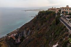 Steiler Ufergegendabhang durch Stadt Stockbild