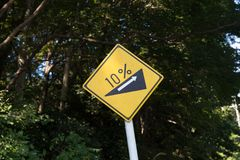 Steiles Gradhügel-Verkehrszeichen Stockfotos