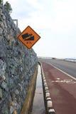 Steiles Gradhügel-Verkehrszeichen auf Straße - Archivbild Stockbild