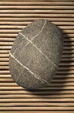 Stein auf Bambus Stockfoto