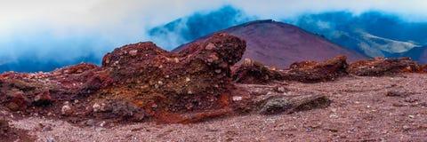 Stein auf der Steigung von Ätna-Vulkan Entdeckung der Vulkan Ätna mit seinen unfruchtbaren Landschafts- und Lavasteinen lizenzfreie stockbilder