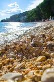 Stein auf Drvenik-Strand im Sommer lizenzfreies stockbild