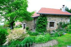 Stein-aufgebautes Haus und Garten Stockfoto