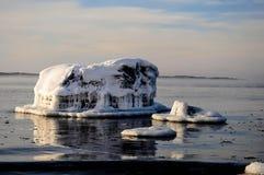 Stein bedeckt durch Eis Stockfoto