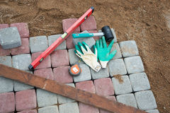 Stein blockiert Gummihammerniveauhandschuhe und -Maßband Lizenzfreies Stockbild