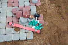 Stein blockiert Gummihammerniveauhandschuhe und -Maßband Lizenzfreie Stockbilder