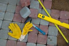 Stein blockiert Gummihammerniveauhandschuhe und -Maßband Lizenzfreie Stockfotografie