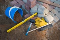 Stein blockiert Gummihammerniveauhandschuhe und -Maßband Lizenzfreies Stockfoto