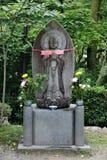 Stein-Buddha mit den Händen umklammert auf Lotos Lizenzfreies Stockbild