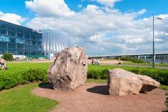 Stein der Freundschaft nahe Piterland-Komplex in St Petersburg Russland Stockbilder
