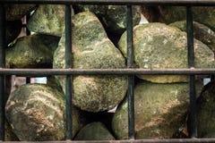 Stein in der Rosteisenwand lizenzfreie stockfotos