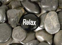Stein in der sagenden Mitte 'entspannen sich' für Ermutigung Lizenzfreie Stockfotografie