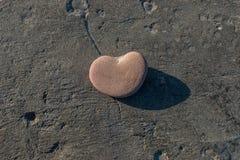 Stein in Form des Herzens Stockbild