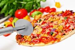Stein gebackene Pizza mit Huhn und Gemüse Stockbild