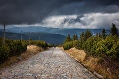 Stein gepflasterte Straße in den Bergen Stockfotos