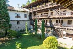Stein-Holzarchitektur des Troyan-Klosters in Bulgarien Stockfotos