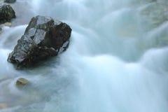 Stein im Flussstrom Stockfoto