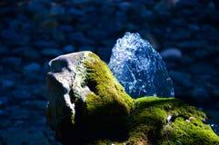 Stein im Gebirgsfluss Stockfoto