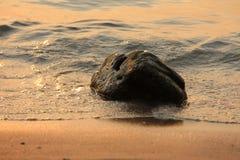 Stein im Wasser stockfotos