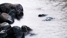 Stein im Wasser ist ruhig Stockfotografie