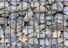 Stein ist eine alte rostige Eisenmasche Stockbilder