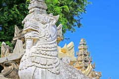 Stein-Lion At Maha Aungmye Bonzan-Kloster, Innwa, Myanmar Lizenzfreie Stockbilder