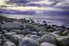 Stein, Meer und Himmel. Stockfotos