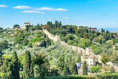 Stein-Stadtmauer-Grün-Landschaft Toskana Florence Italy stockfotografie