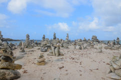 Stein-Stapel auf Baby-Strand lizenzfreies stockbild