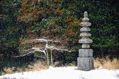 Stein-stupa im japanischen Garten des Schnees lizenzfreies stockfoto
