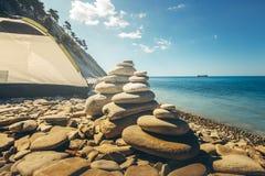 Stein-touristisches Zelt Zen Pyramids At Beach Withs auf einem Hintergrund Konzept der Harmonie und der Balance Lizenzfreie Stockfotos