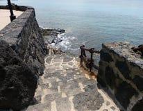 Stein tritt, führend zu Meer Stockbilder
