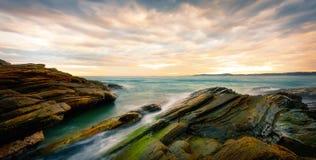 Stein und das Meer stockbild