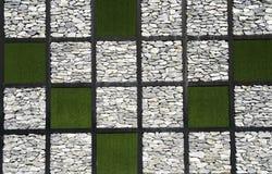 Stein- und Graswand Stockfoto
