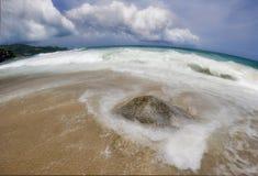 Stein und Sand des Surin Strandes Stockbilder
