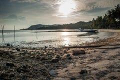 Stein- und schmutziger Sand auf Strand stockbild