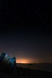 Stein unter Sternen Stockfoto