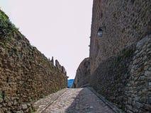 Stein- Wände und Straße um mittelalterliches Stadt-Prats-De-Mollo-La-Preste, Pyrenäen-Orientales, Occitanie, Süd-Frankreich stockfotografie