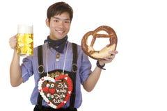 Stein y pretzel de la cerveza de Oktoberfest de la explotación agrícola del hombre Imagen de archivo libre de regalías