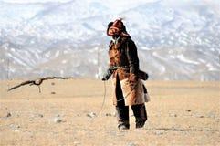 Steinadlerfestival im Winter schneebedeckte Mongolei Lizenzfreie Stockbilder