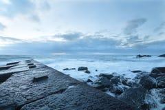 Steinanlegestelle heraus zum Meer stockbild