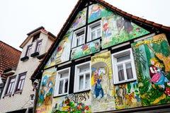 STEINAU, GERMANY-MARCH 06日2015年:有场面的被绘的房子从格林童话 免版税库存照片