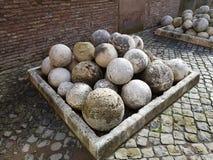 Steinbälle benutzt als Geschosse in einem Katapult lizenzfreies stockfoto