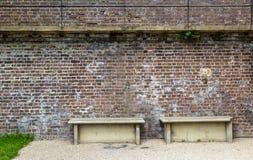 Steinbänke durch die Stadtmauer, gesehen in Rye, Kent, Großbritannien Stockfotos