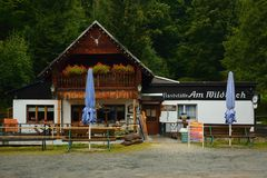 Steinbach, Германия - 1-ое сентября 2018: Am названный рестораном Wildbach в Pressnitz River Valley в горах руды saxon во время д стоковое изображение rf