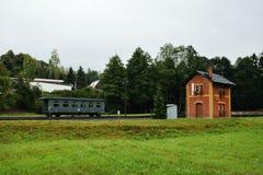 Steinbach Tyskland - September 01, 2018: byggnad för stångstation med vagnen under regn i saxonmalmberg royaltyfri foto