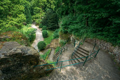 Steinbahn-Gehweg-Weg-Weg mit grünen Bäumen Lizenzfreies Stockfoto