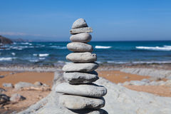 Steinbalance auf dem Strand Stockfoto