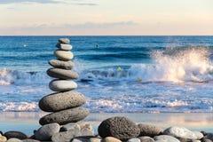 Steinbalance auf Strand Lizenzfreie Stockfotografie